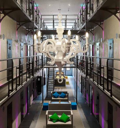 couloir prison modernisé hotel néon led rose blog déco