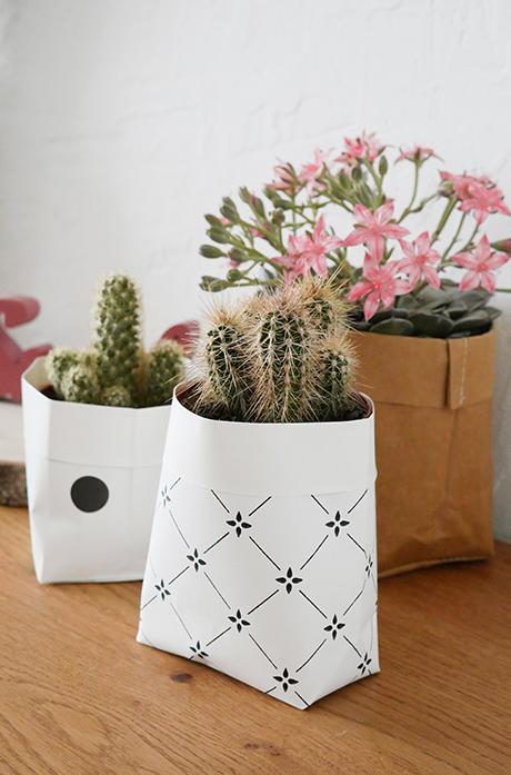 cache pot diy papier peint blanc noir table bois - blog déco - clem around the corner