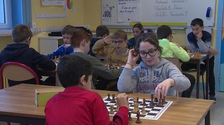 De la maternelle à la primaire, les élèves du département réfléchissent aux mathématiques en jouant aux échecs - Photo © Stéphane Bourin pour France télévision