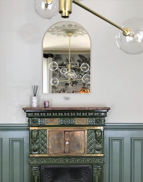 cheminée vert soubassement miroir suspension luminaire - blog déco - clematc