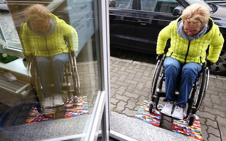 Cette grand-mère utilise des LEGO pour aider les personnes handicapées