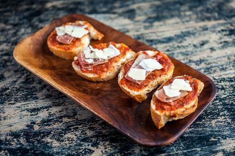 Bruschetta sauce tomate de Marmande, jambon de pays et parmesan