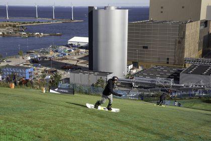 Piste de ski sur toit de centrale électrique