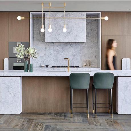 blog déco cuisine ouverte bois naturel marbre blanc gris suspension en laiton