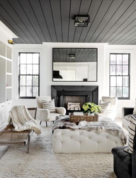 plafond noir parquet miroir salon cosy style scandinave cheminée noir maison de campagne