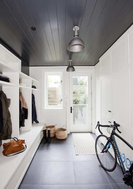 plafond noir parquet entrée maison idée - blog déco - clem around the corner