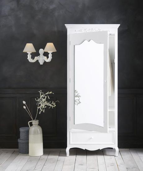idée décoration parisienne meuble blanc moulures miroir mur noir sobre élégant