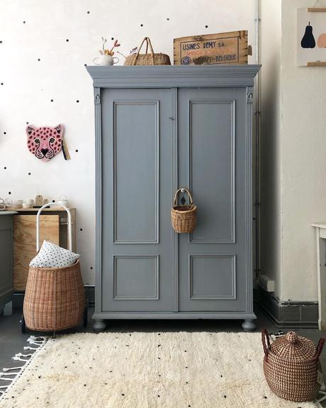 armoire parisienne chambre grise enfant tapis berbère blanc