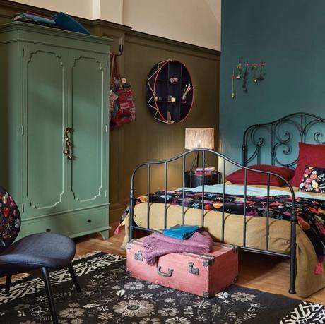 chambre ami parent atypique mur vert canard lit métallique noir vintage parquet bois