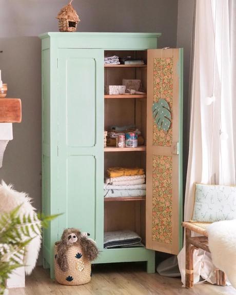 armoire parisienne vintage en bois chambre enfant vert menthe pastel tapisserie fleuris vintage