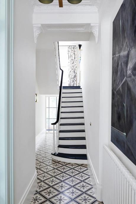 escalier couloir noir blanc carrelage vintage
