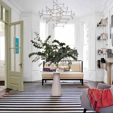 salon maison familiale tapis à rayures noir et blanc porte vitré vintage vert kaki