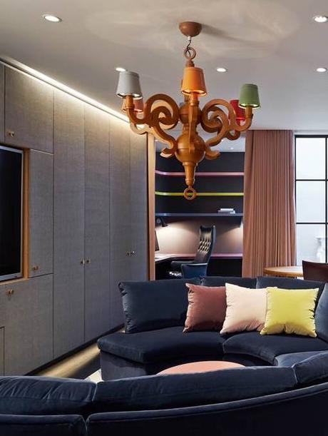 salon ambiance feutré canapé oval velours bleu marine