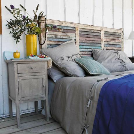 tête de lit bois recyclé effet délavé déco bleu marine parquet table de chevet bois