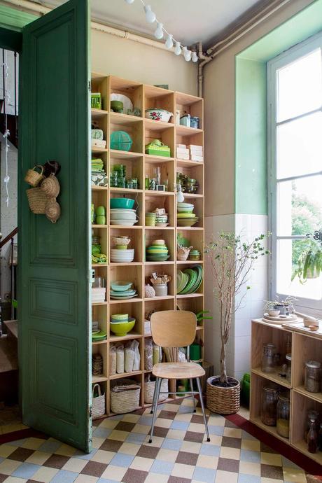 blog déco clematc cuisine verte carrelage rétro carré marron bleu beige chaise bois bords arrondis