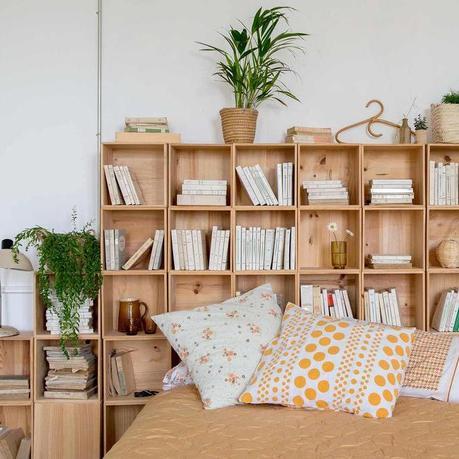 chambre lumineuse blanche jaune moutarde tête de lit avec rangement cube bois