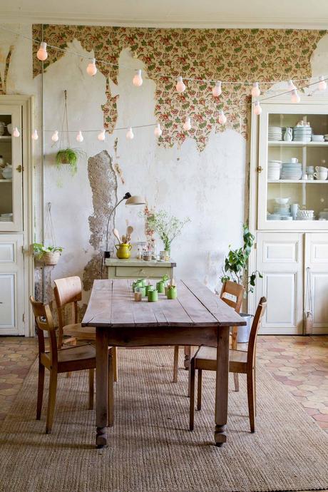 déco champêtre cuisine rustique rétro table bois brut guirlande suspendue papier peint vintage