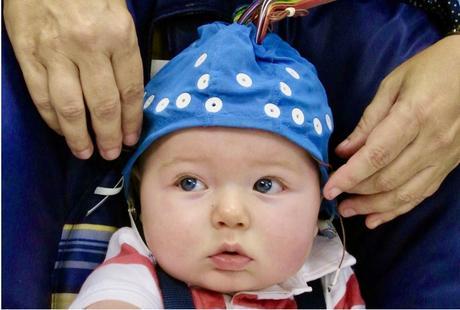 Cette petite voix rappelle que le contact mère-enfant est essentiel pour un bon développement neurophysiologique au début de la petite enfance.