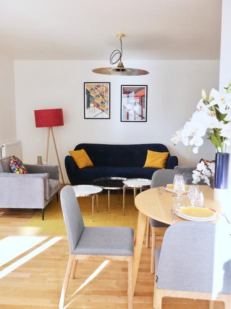 salon lumineux canapé bleu foncé coussin jaune moutarde - blog déco - clem around the corner