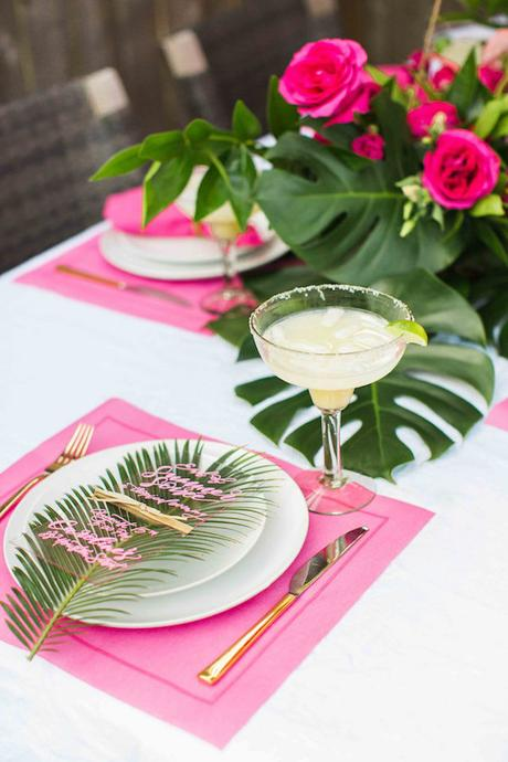 table style jungle fluo rose set carré cocktail été feuille palmier - blog déco - clem around the corner