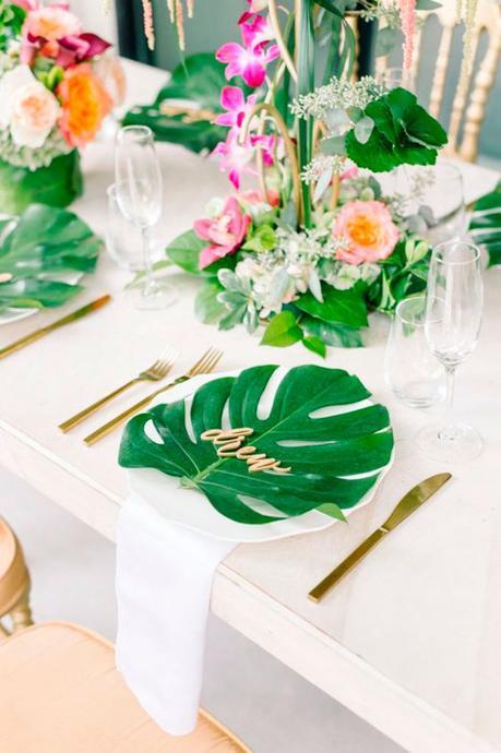 table style jungle blanc épuré feuille tropique fleur fuchsia - blog déco - clem around the corner
