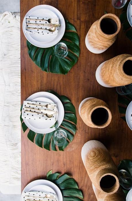 table style jungle sobre élégant table verre exotique bois couvert laiton - blog déco - clem around the corner