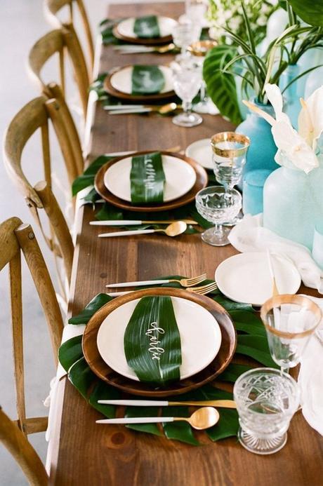 table style jungle sobre élégant table chaise bois couvert laiton - blog déco - clem around the corner