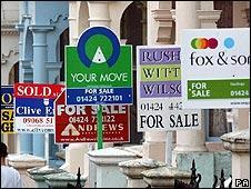 Forets de panneau anglais de maisons a vendre - via http://newsimg.bbc.co.uk