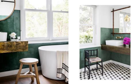 visite privée salle de bain mur vert et carrelage noir et blanc