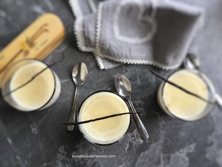Semoule au lait à la vanille et raisins secs sur lit de caramel