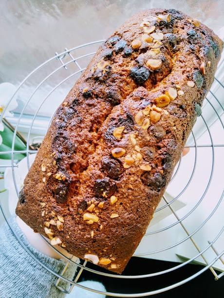 Gâteau moelleux à la banane, chocolat au lait et noisettes.