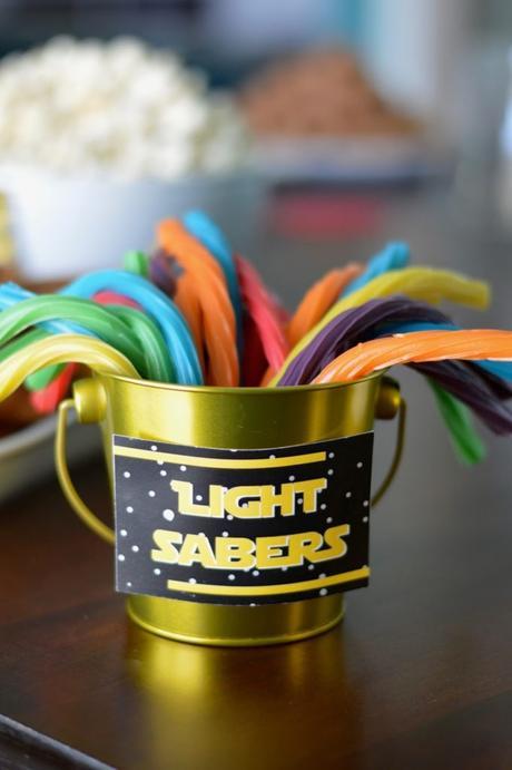 idée pour décorer sa table de goûter d'anniversaire sabre laser bonbons