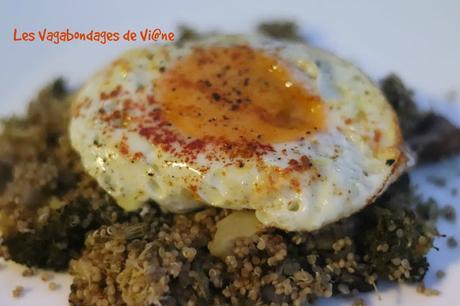 Oeufs au plat, quinoa, brocoli, champignons