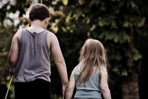 Peut-on laisser son ado s'occuper de son petit frère ou petite sœur