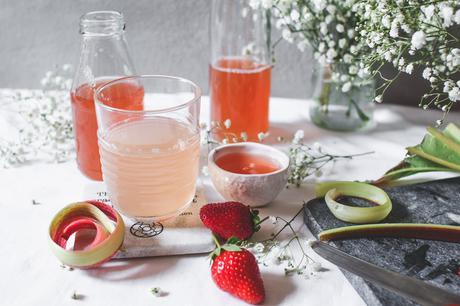 Sirop maison, à la fraise et à la rhubarbe