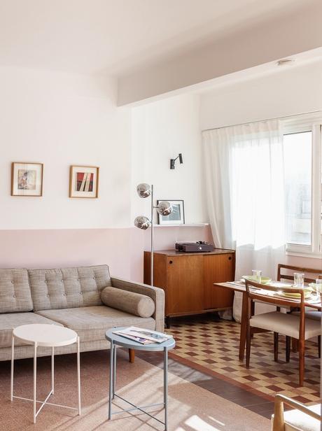 appartement style années 50 fifties salon mur rose carrelage bigarré