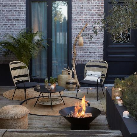 cour maison décoration en bois tapis rond jute jonc de mer fauteuil jardin métal corde