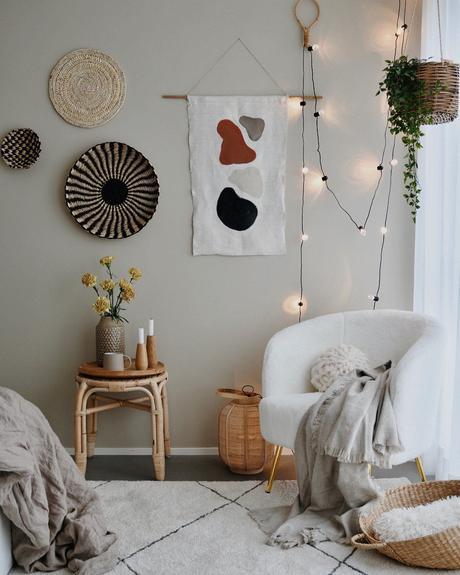 coin cosy chambre épurée guirlande lumineuse canapé rond blanc scandinave tapis berbère