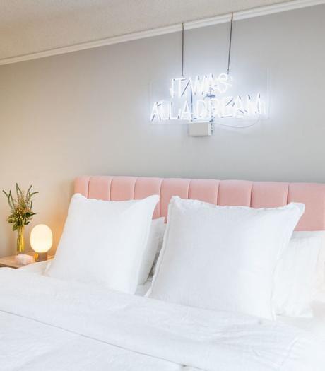 chambre lit double tête de lit velours rose poudré néon blanc