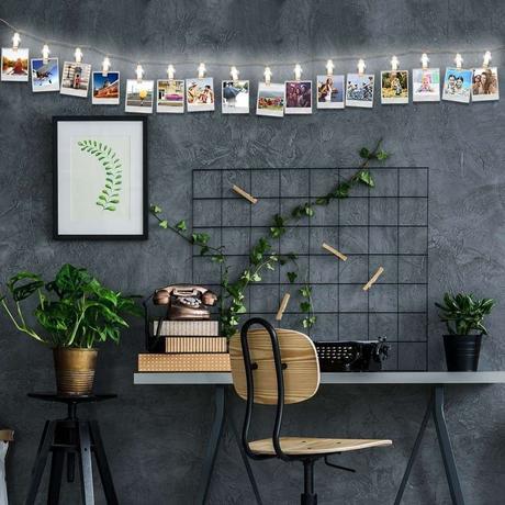 bureau mur effet béton guirlande lumineuse porte photo déco végétale chaise en bois cadeau fille ado