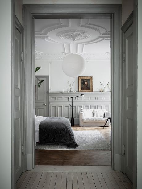 entrée chambre lit double tons gris blanc sobre déco contemporaine