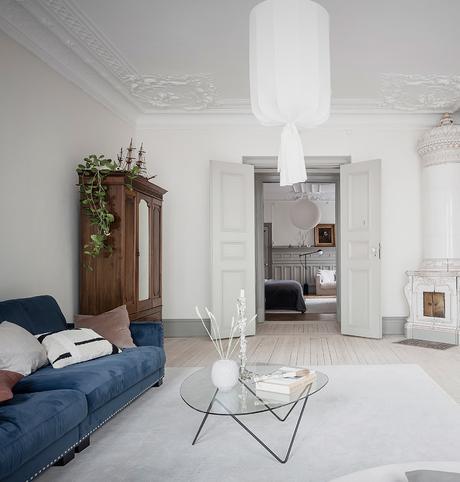 salon parquet en bois blanc table basse design contemporain noir armoire en bois déco plantes vertes