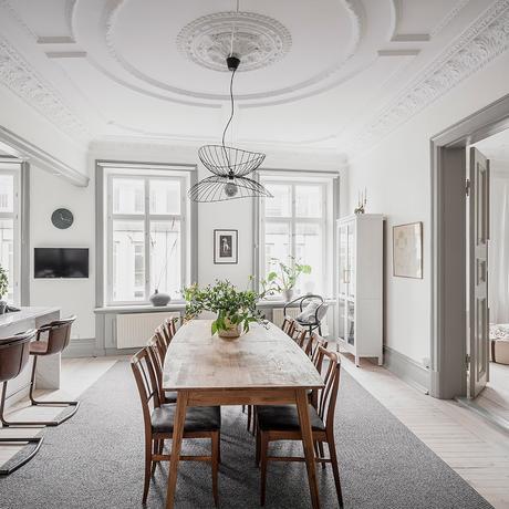 salle à manger lumineuse fenêtre table bois brut déco moderne mobilier rustique rétro