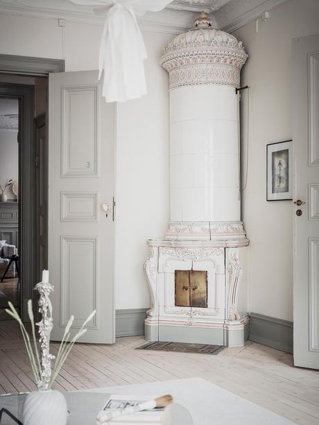 cheminée moule au mur parquet bois blanc décoration intérieure