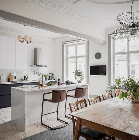 cuisine ouverte salle à manger bar imitation marbre blanc chaise haute vintage cuir marron