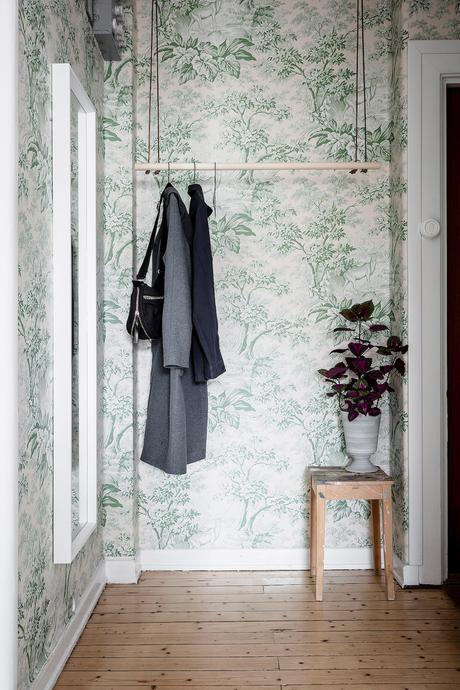 papier peint Toile de Jouy tons verts vintage fleuri entrée porte manteau bois - blog déco - clem around the corner