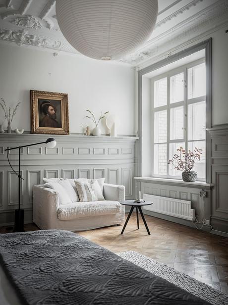 chambre coin détente canapé blanc deux places table basse ronde espace lumineux lampe design
