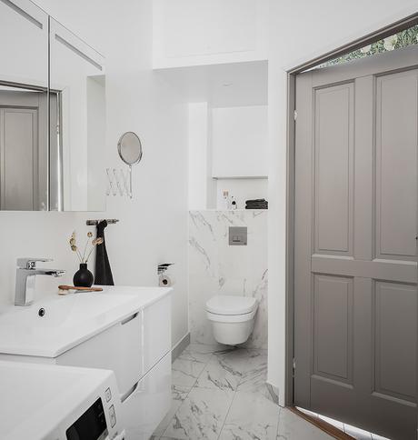 salle d'eau mur imitation marbre blanc porte gris taupe porte tons verts