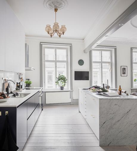 cuisine ouverte lustre vintage parquet bois blanc déco scandinave épurée