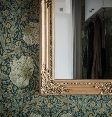 blog déco papier peint floral tons verts blanc miroir cadre doré moulure hall d'entrée